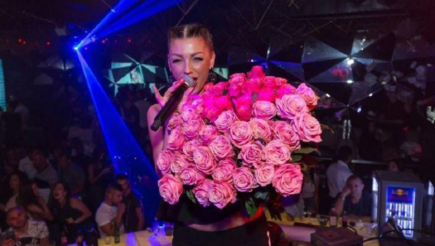 """Огромен букет бели рози се появи в Къщата на """"Биг"""