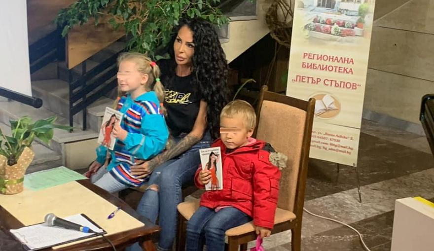 Плеймейтката Деси Димитрова инициира благотворителна кампания за 4-годишната Катя от